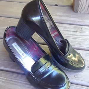 AMERICAN EAGLE BKACK PATENT HEELED LOAFERS 9